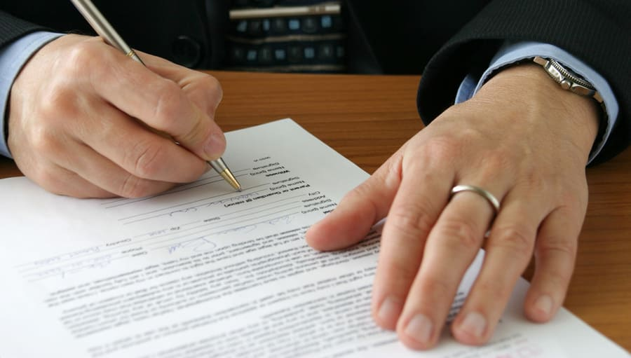 Jag har hört att man ska få ett anställningsavtal innan man börjar jobba. Vad är det?
